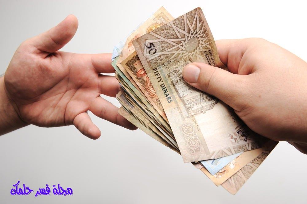 حلم إعطاء الميت للمرأة المتزوجة نقود ورقية ومال في المنام – اخذ نقود من الميت في الحلم للمتزوجة