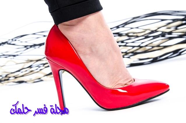 حلم حذاء الكعب العالي للعزباء والمتزوجة في المنام لابن سيرين