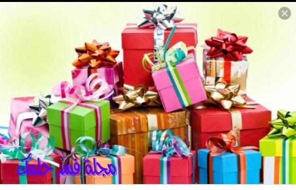 تفسير حلم هدية في المنام من الورد والذهب والحذاء والعطور والمصحف وحلم الميت يعطي هدية للحي