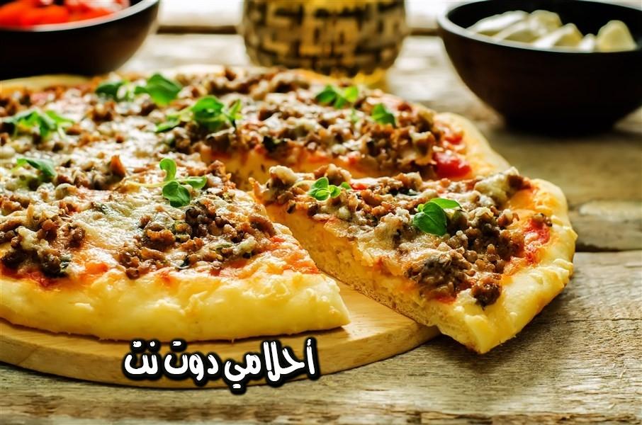 بيتزا بحشوة اللحمة المفرومة