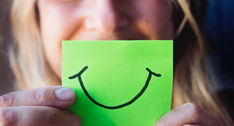 تفسير رؤية الابتسامة من شخص في المنام للعزباء و للمتزوجة
