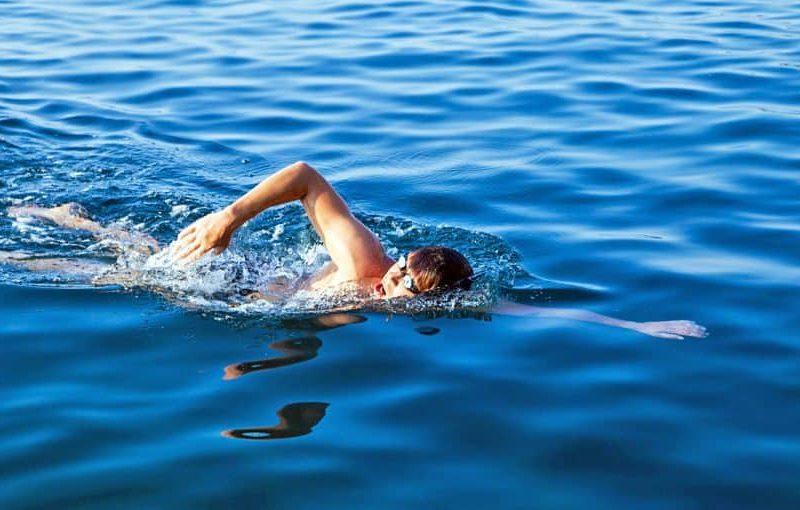 تفسير حلم السباحة في البحر والنهر للمتزوجة والحامل والرجل والعزباء