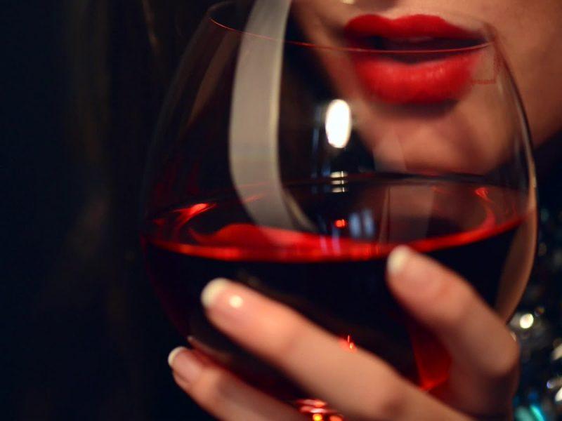 تفسير رؤية شرب الخمر في الحلم للبنت العزباء والمتزوجه والشاب الاعزب