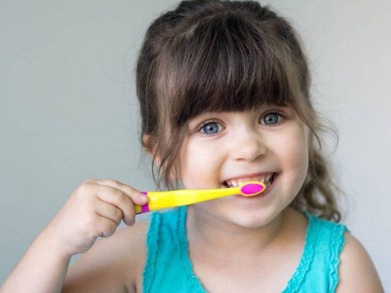 10 علاجات طبيعية لنزيف والتهاب اللثة عند الأطفال