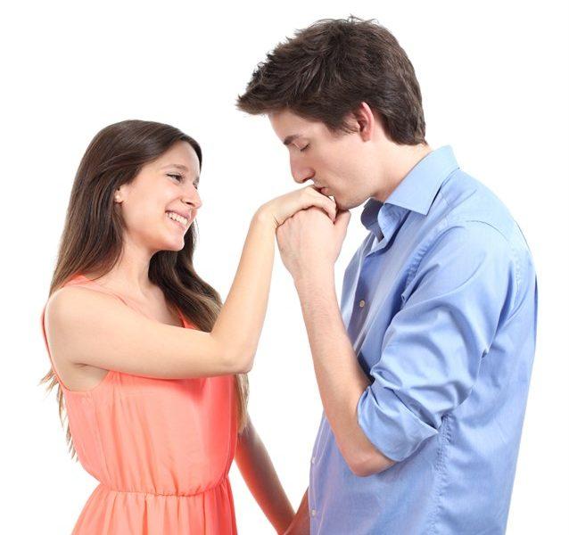 تفسير حلم تقبيل اليد في المنام للبنت العزباء والمتزوجة والحامل والرجل